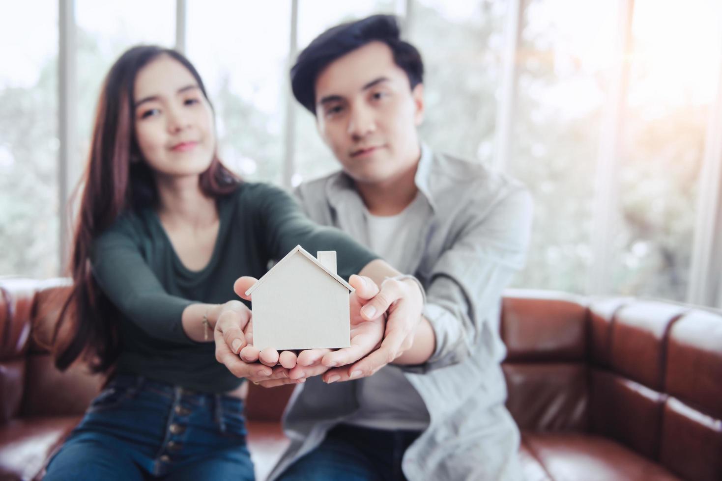par som håller bostadsmodell foto