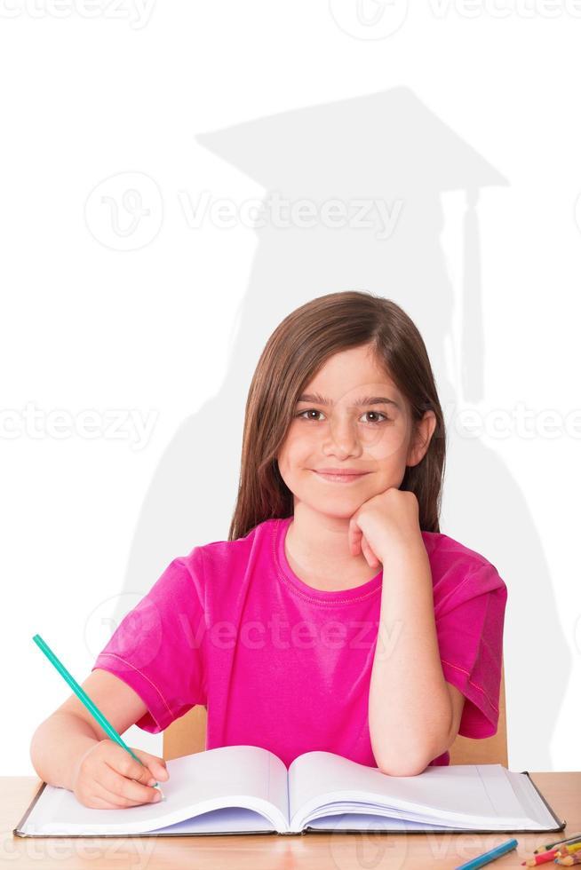 sammansatt bild av söt elev som arbetar vid hennes skrivbord foto