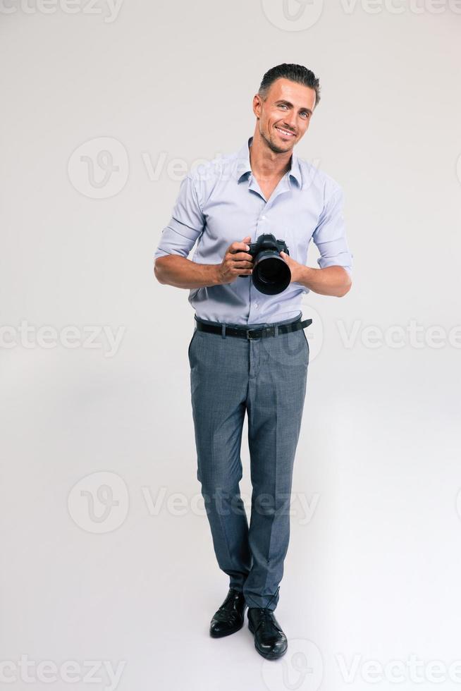 glad ung man håller kamera foto