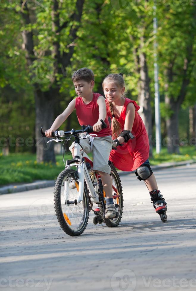 cyklist och rullskridskor foto
