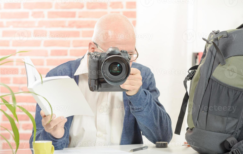 fotograf med kameran och märke foto