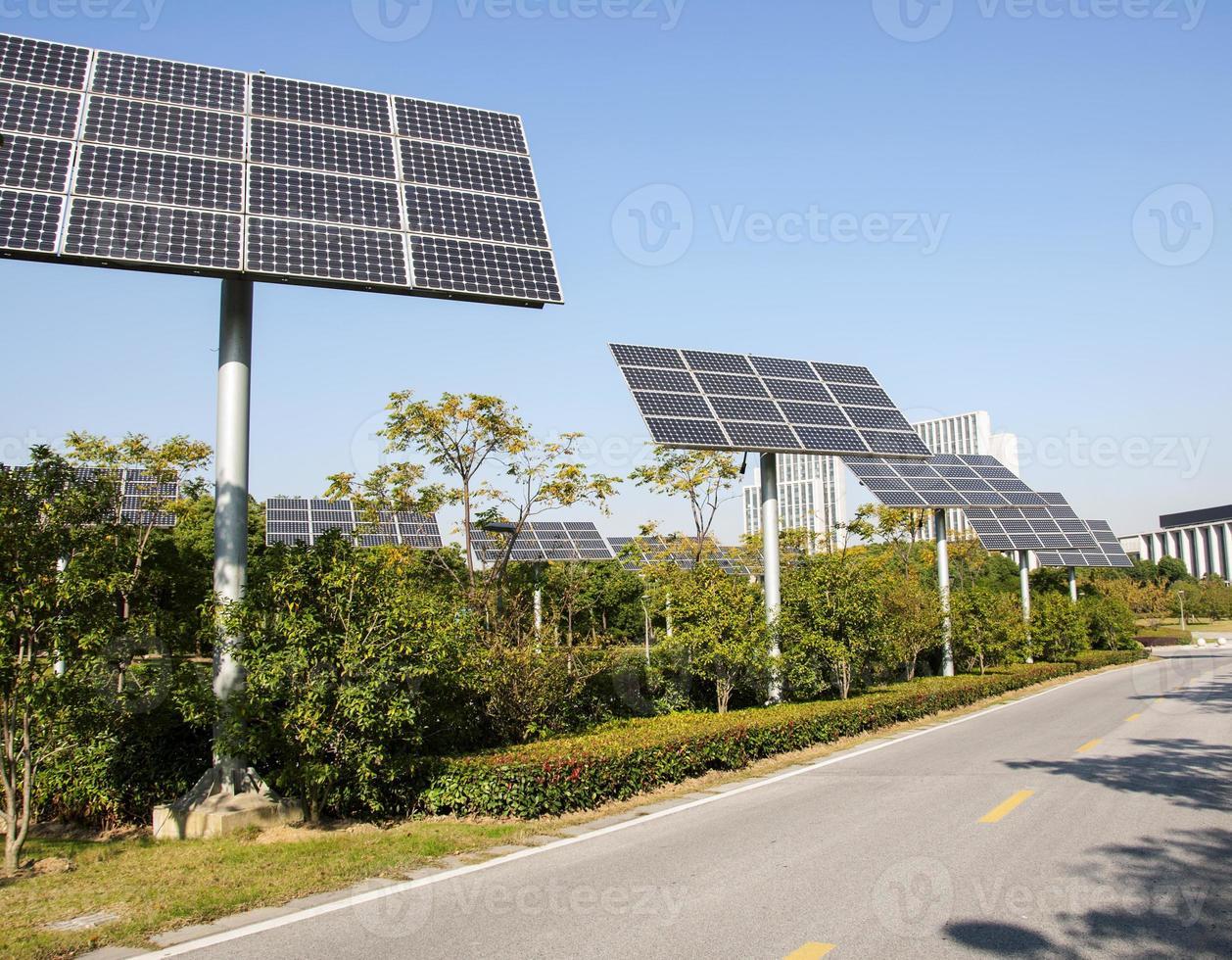 solpanelen producerar grön, miljövänlig energi från solen. foto