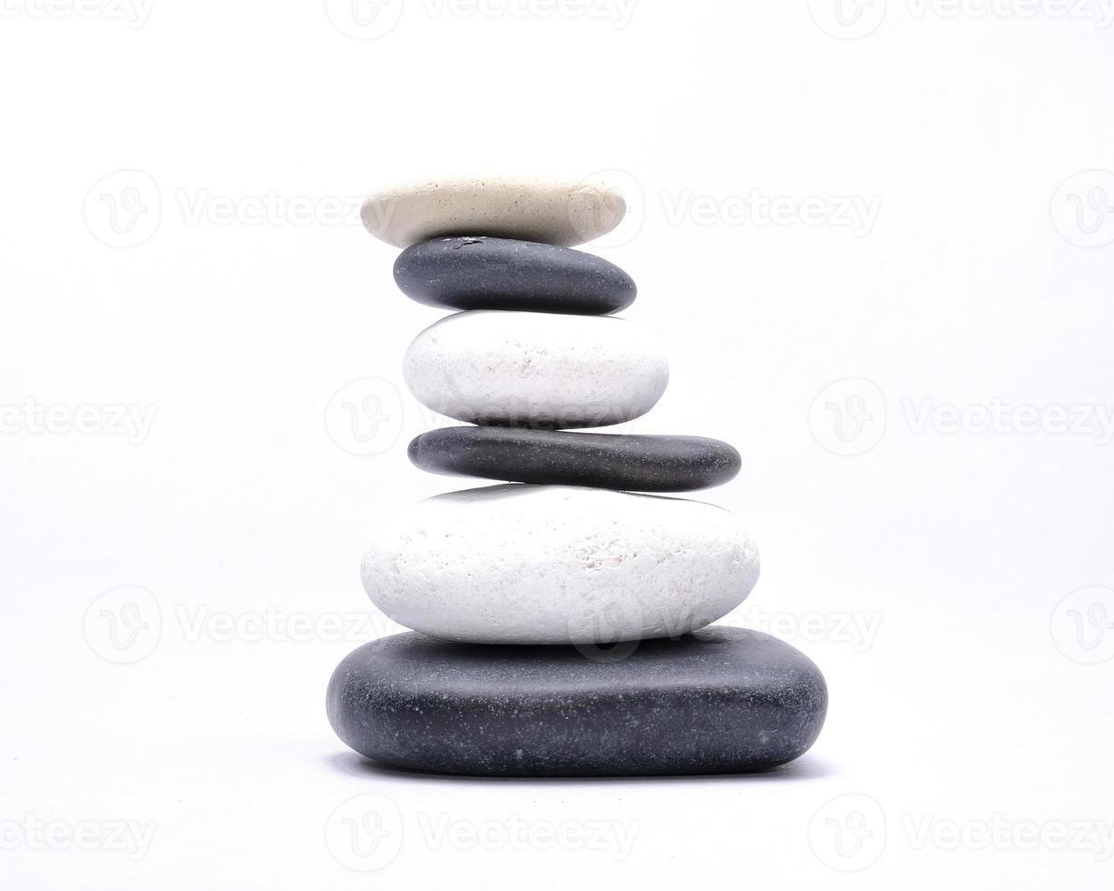 svarta och vita stenar isolerade på en vit bakgrund foto