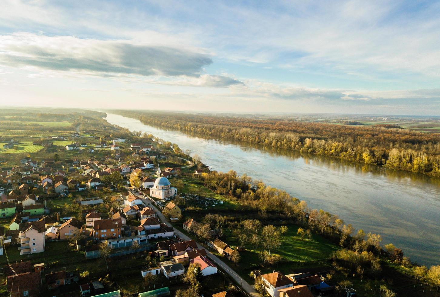 Flygfoto över staden och floden foto