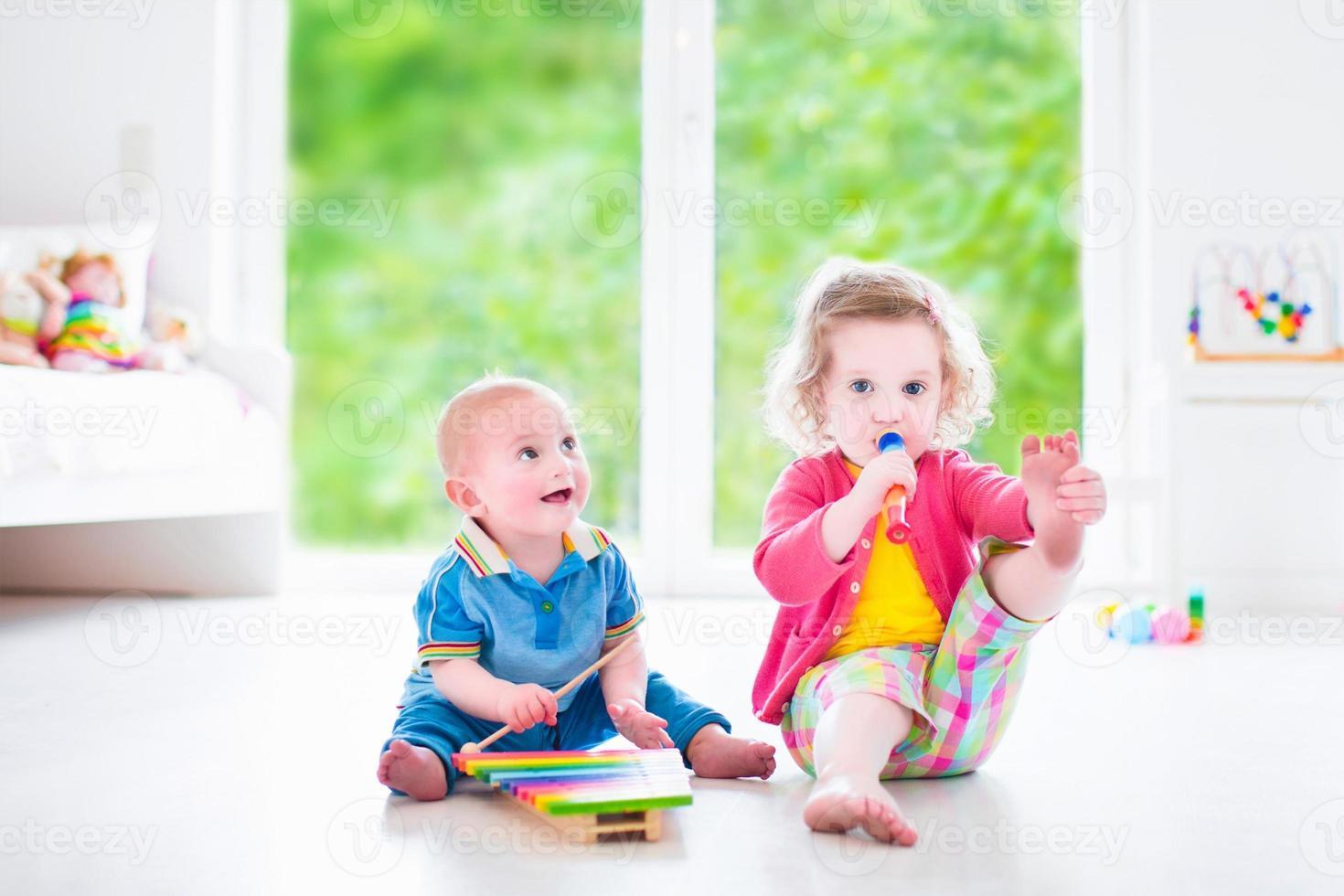 roliga barn som spelar musik med xylofon foto
