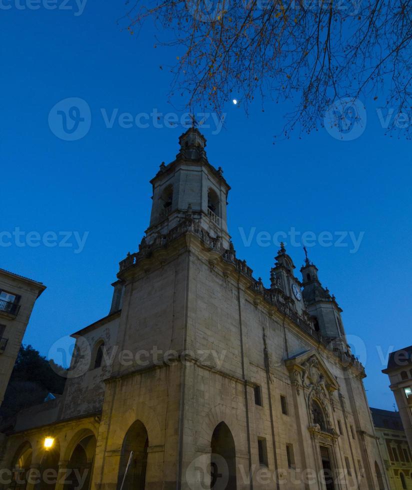 nocturne kyrka och blå himmel foto