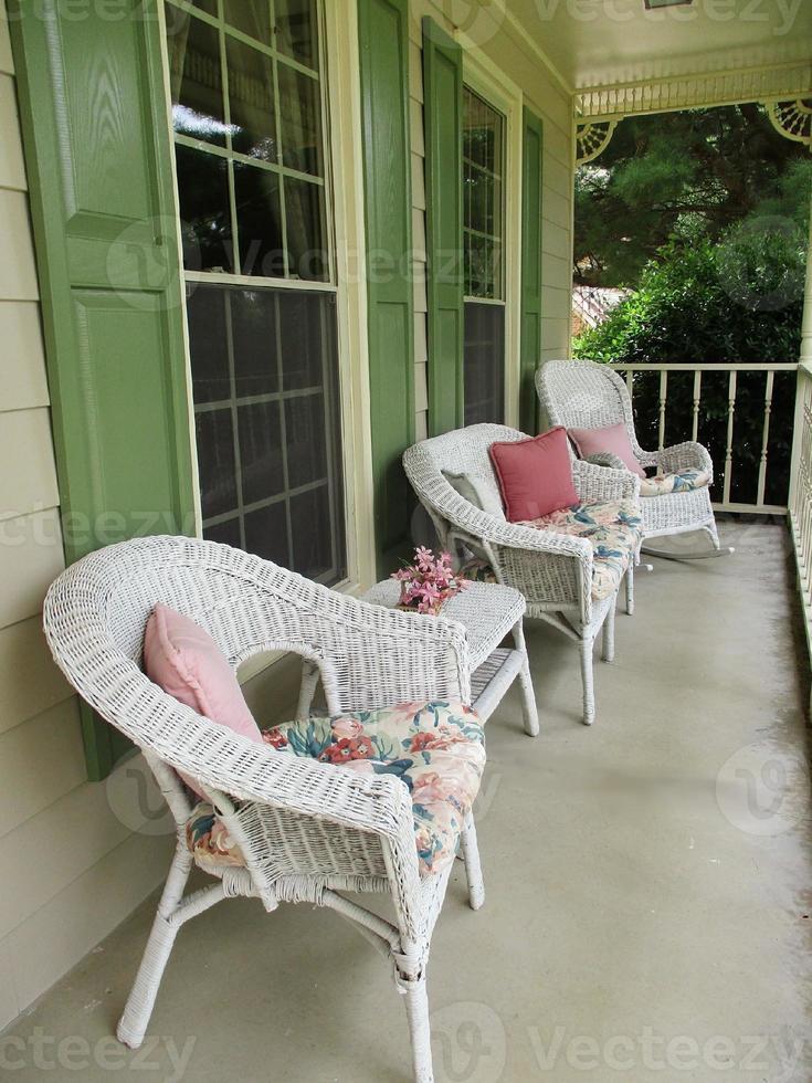 veranda med vita korgmöbler foto