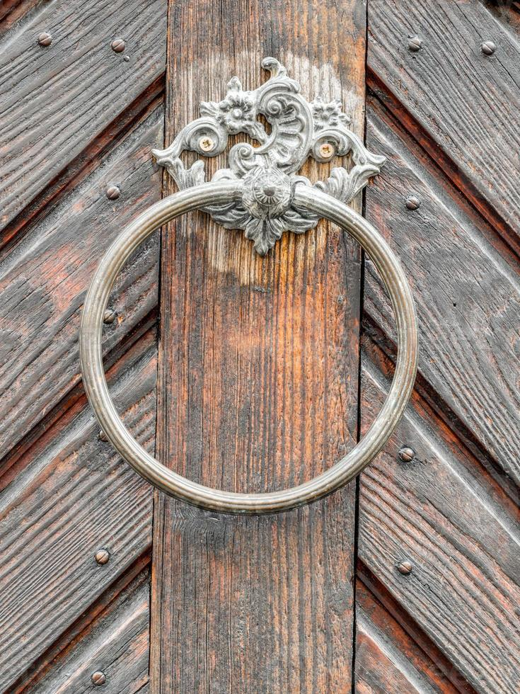 vintage dörrhandtag på antik dörr, bakgrund foto