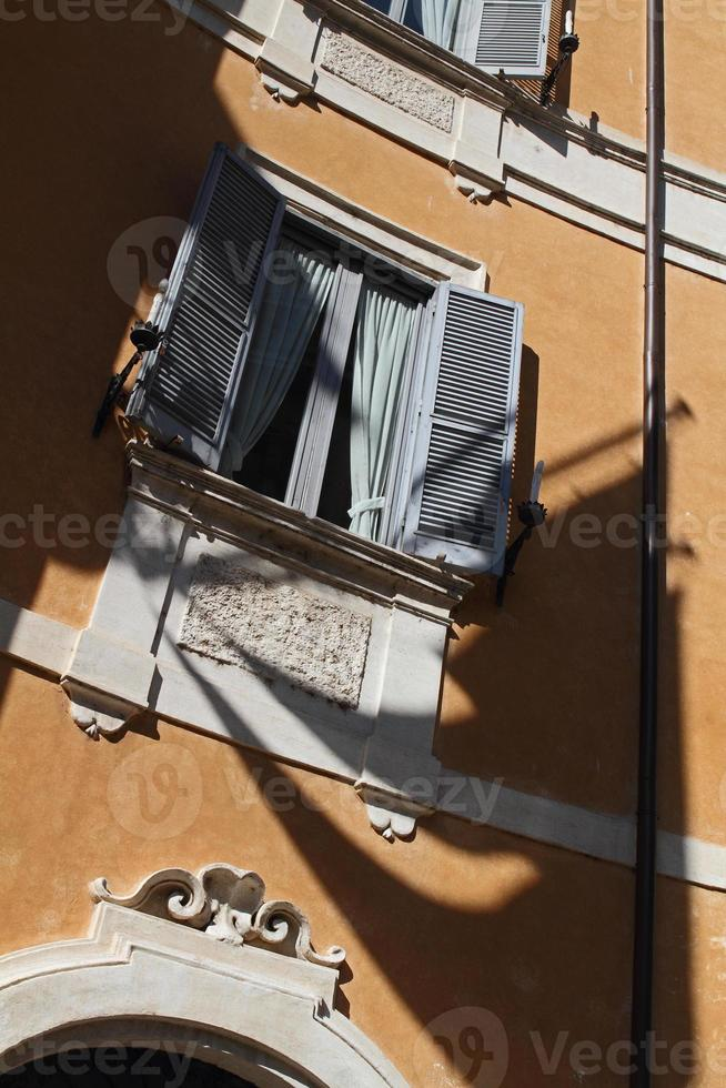 skugga av flagga som faller över byggnadsfasaden foto