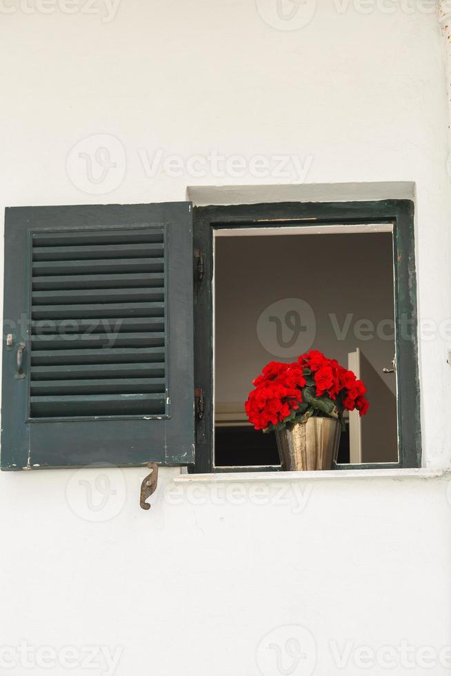fönster med fönsterluckor foto