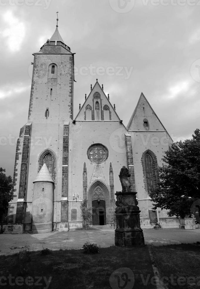 fasad och portal till gotisk kyrka foto