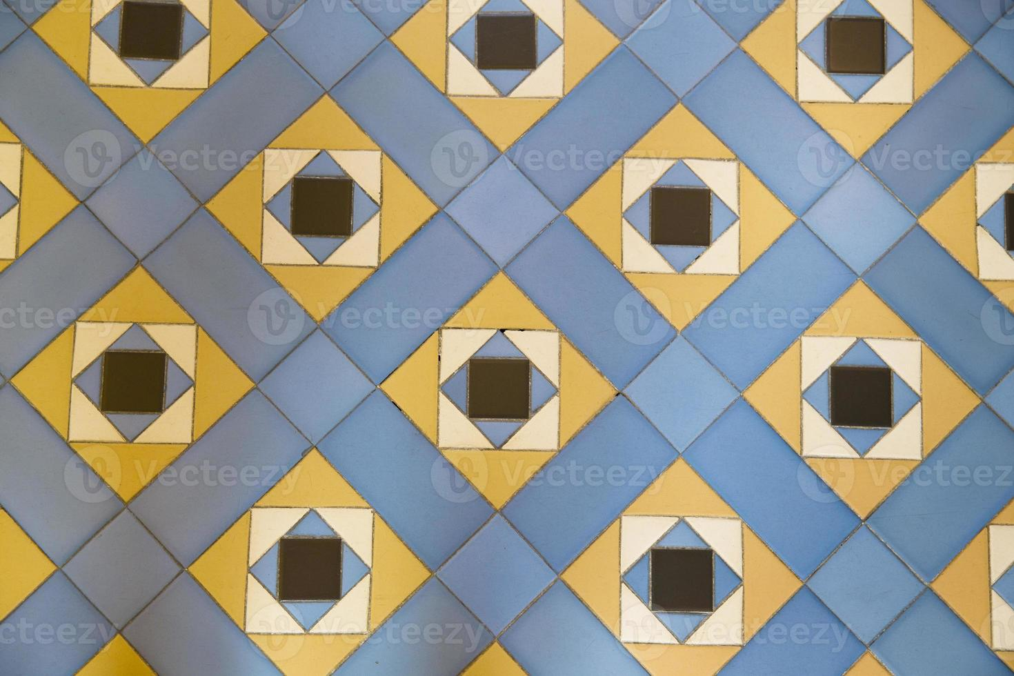 traditionella plattor från fasader på gamla hus foto