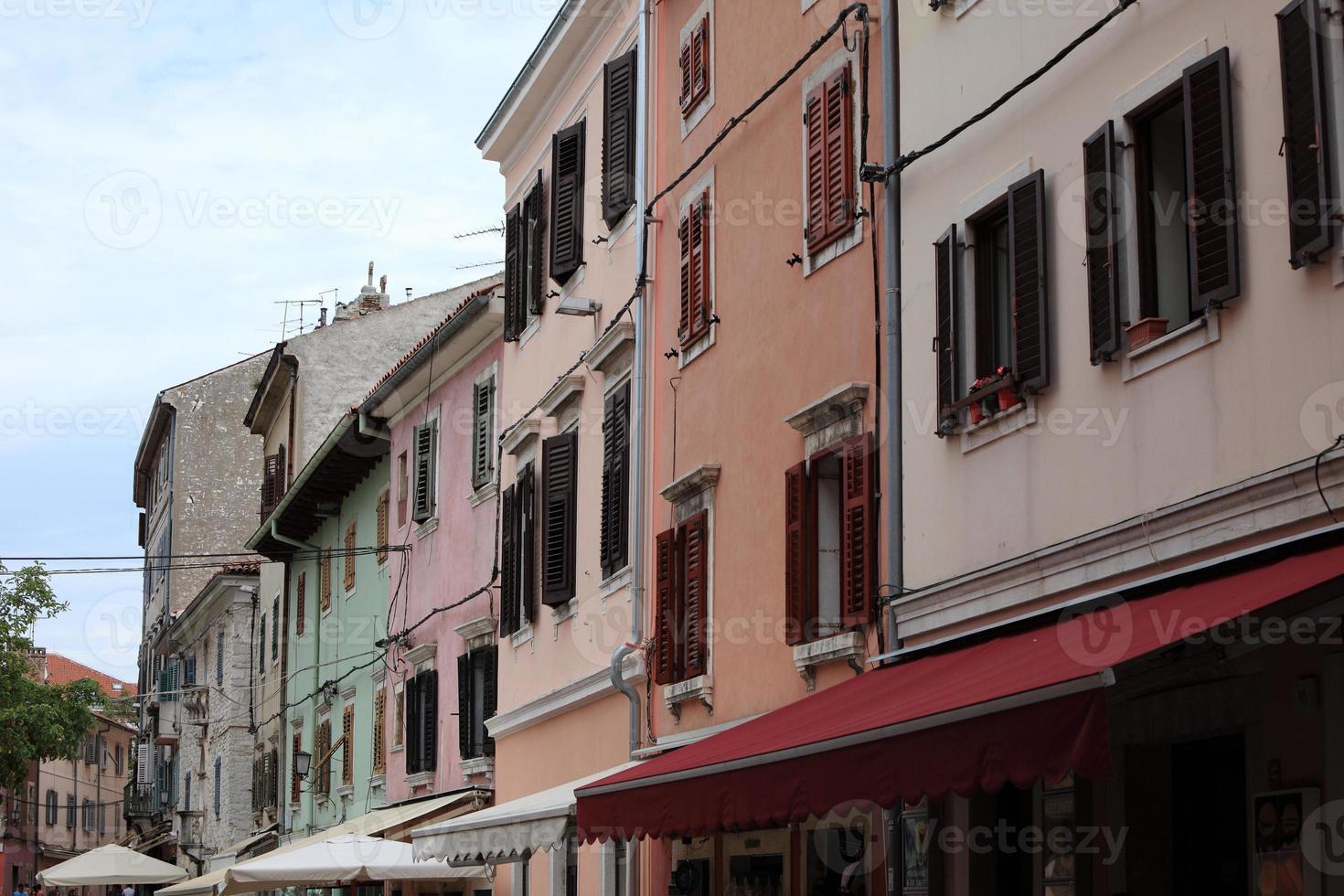 hausfassaden und fenster i der altstadt von pula i kroatien foto