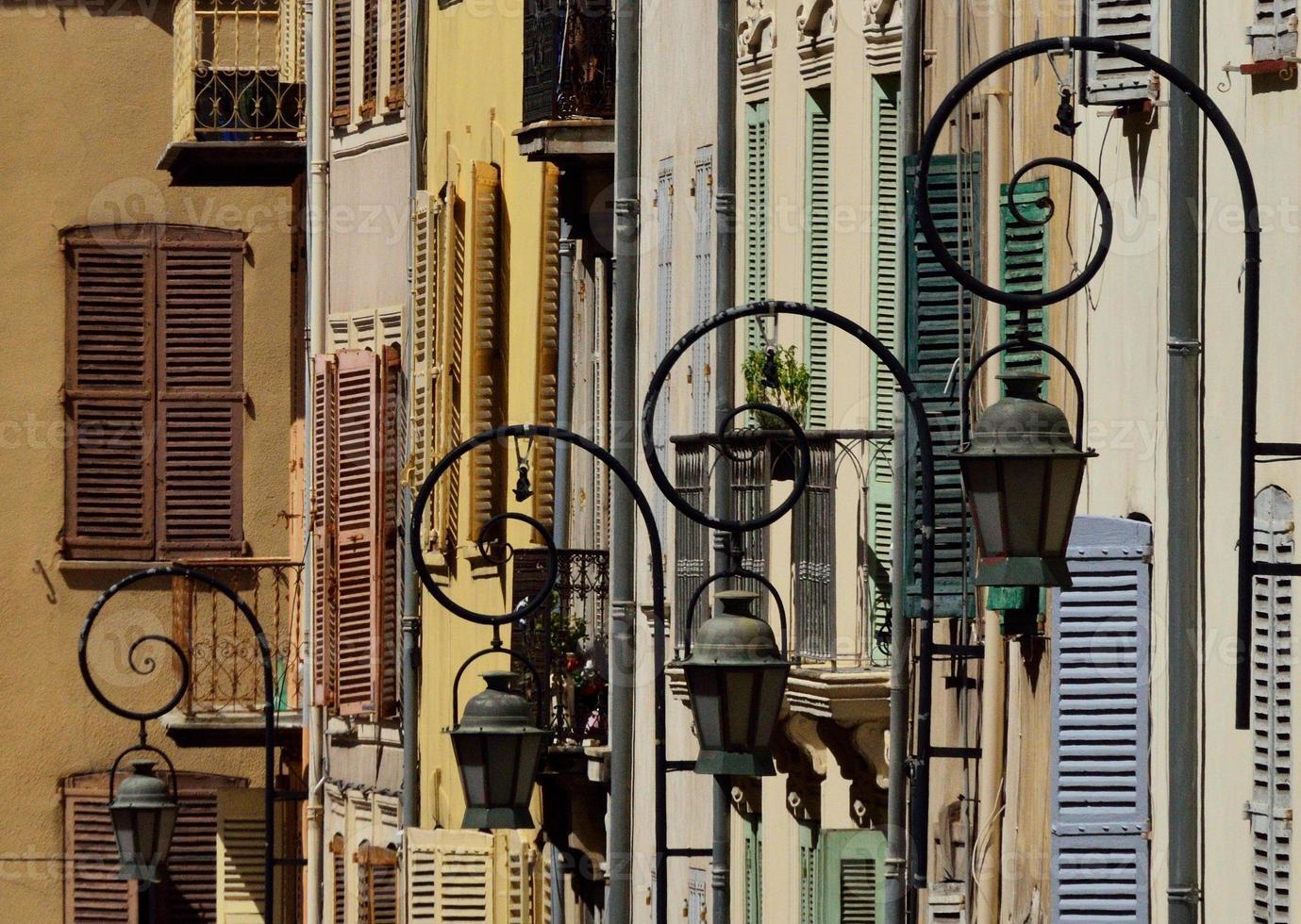 gatuljus och gamla fönster i antikroppar foto