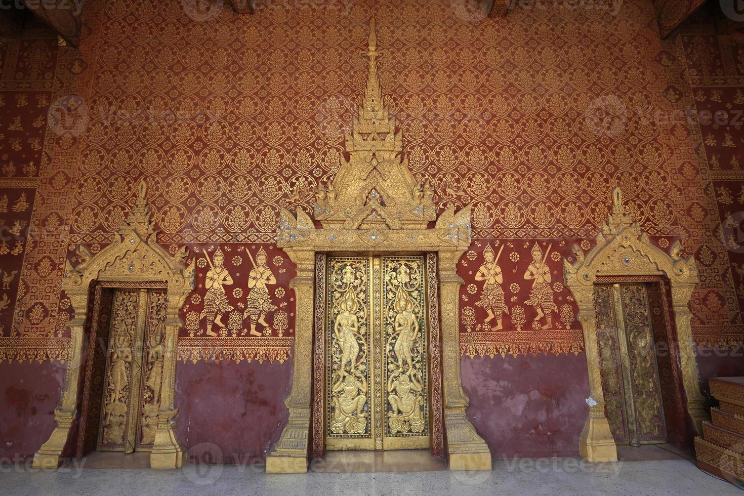 dörrarna till templet, luang prabang, laos foto