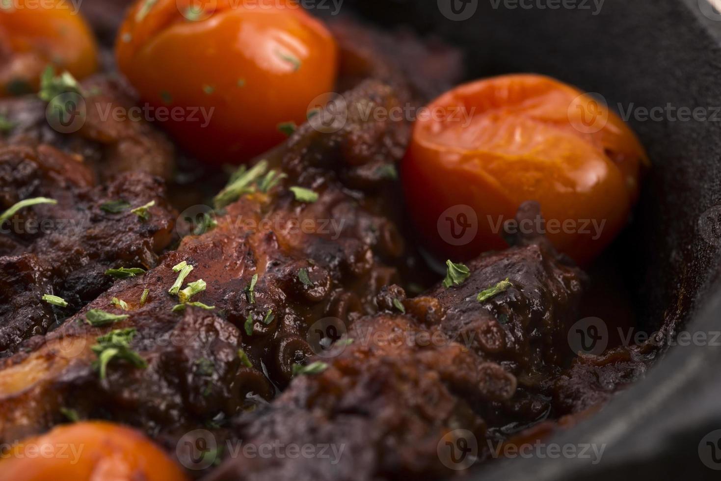 bläckfisk med tomatsås foto