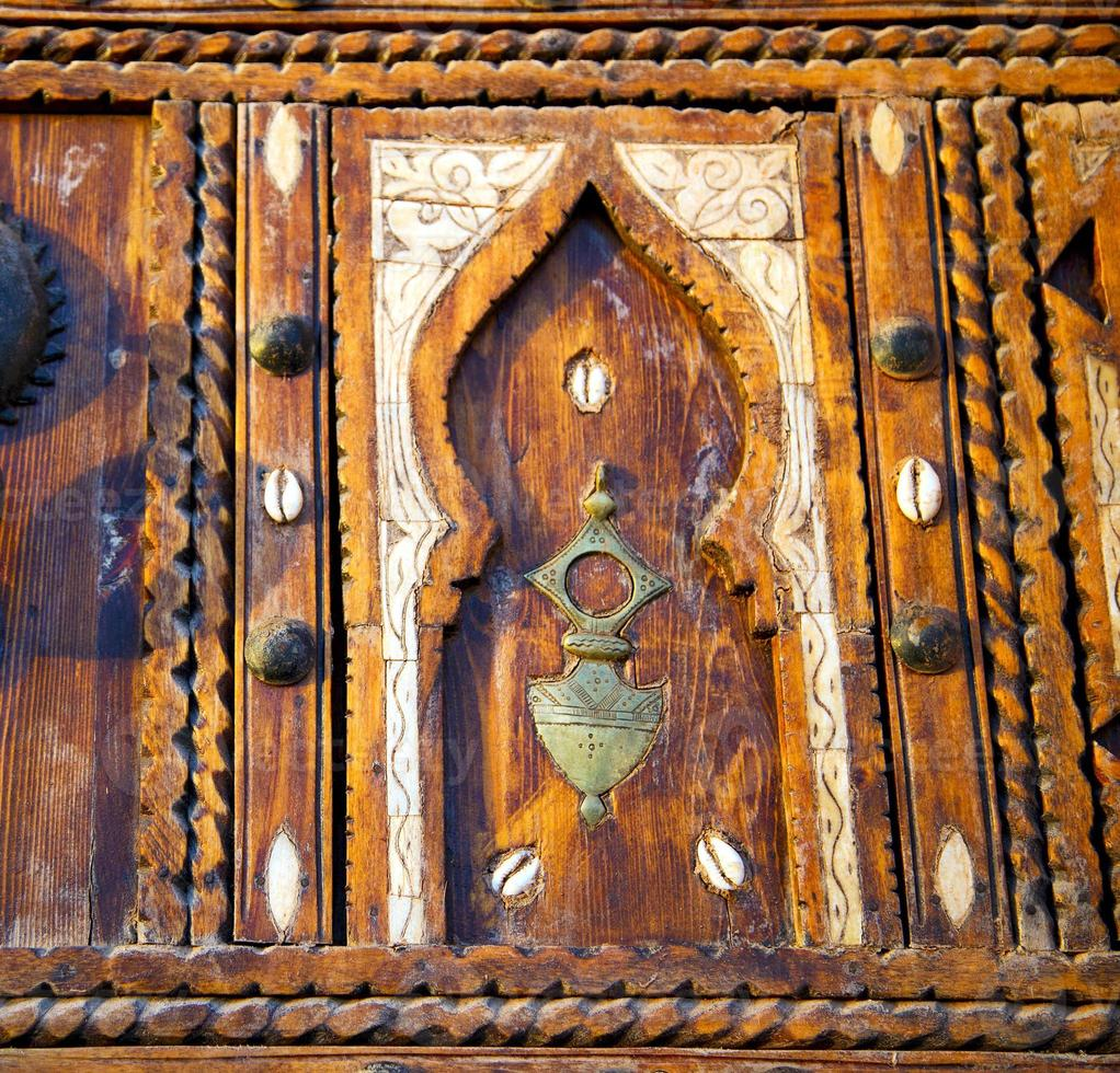 skalbrunt rostig marocko i Afrika den gamla träfasaden foto