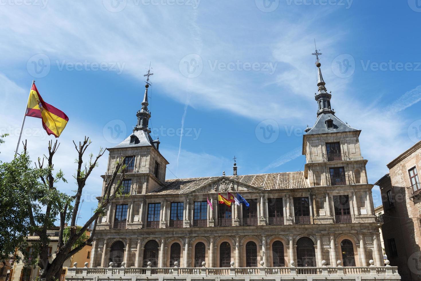 fasad på stadshuset i toledo och spansk flagga foto