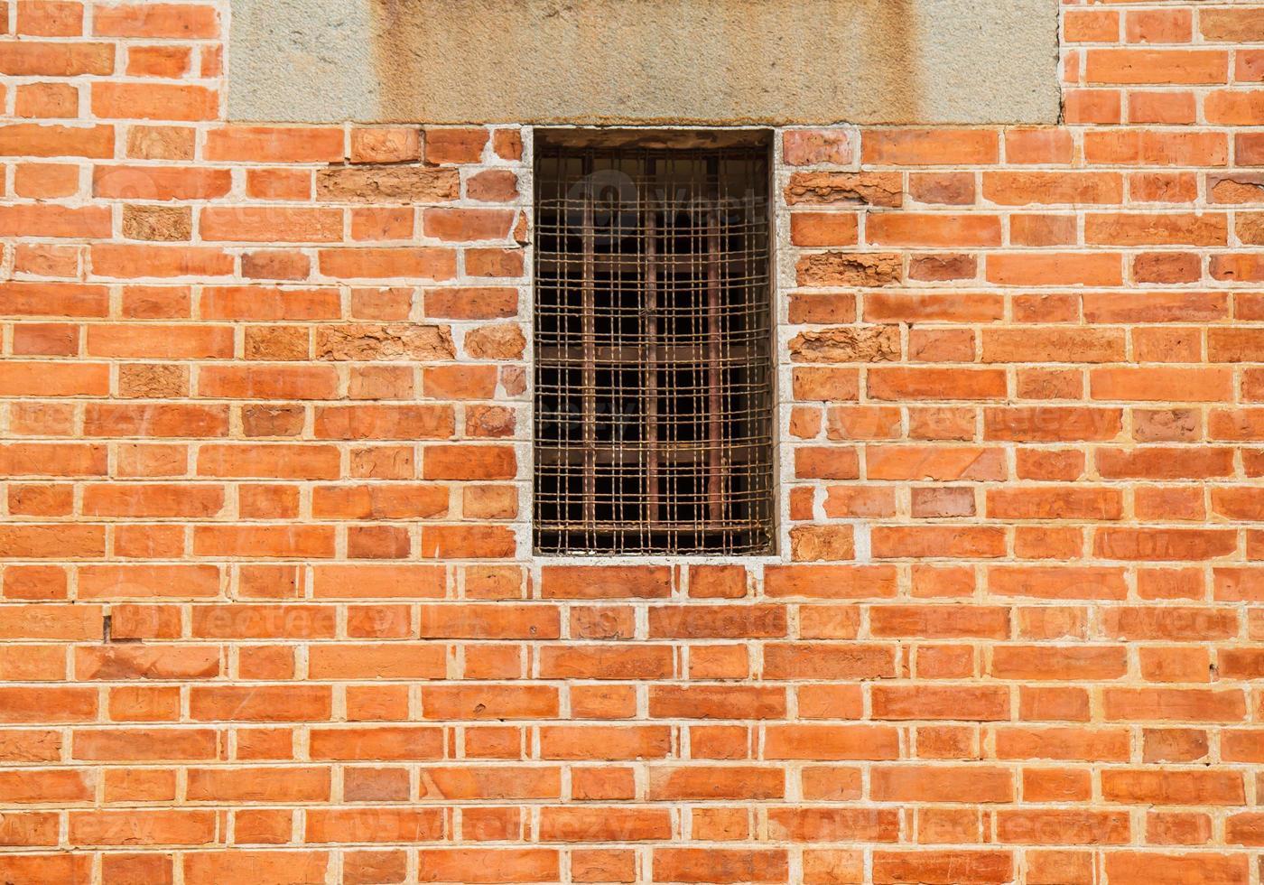 järnfönster på tegelvägg foto