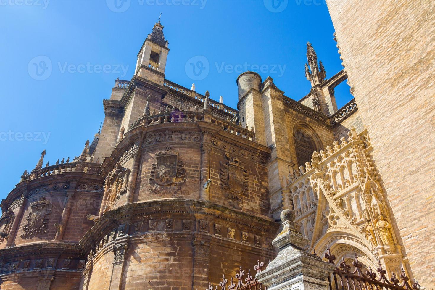 detaljer om fasaden katedralen santa maria la giralda foto