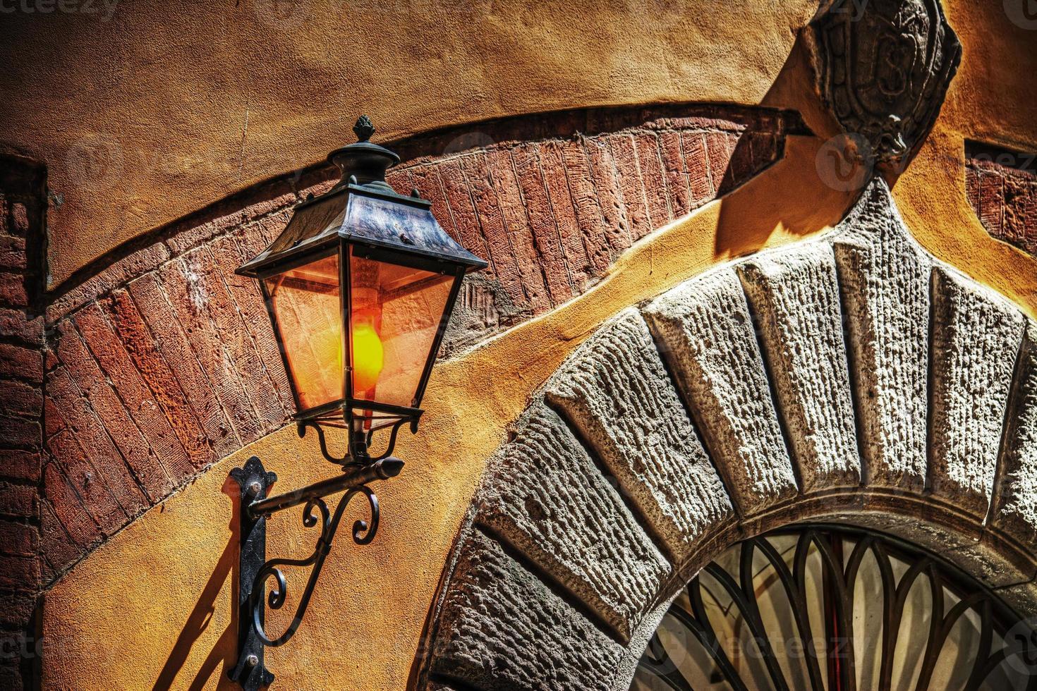 rustikt ljus i en typisk italiensk ingång foto