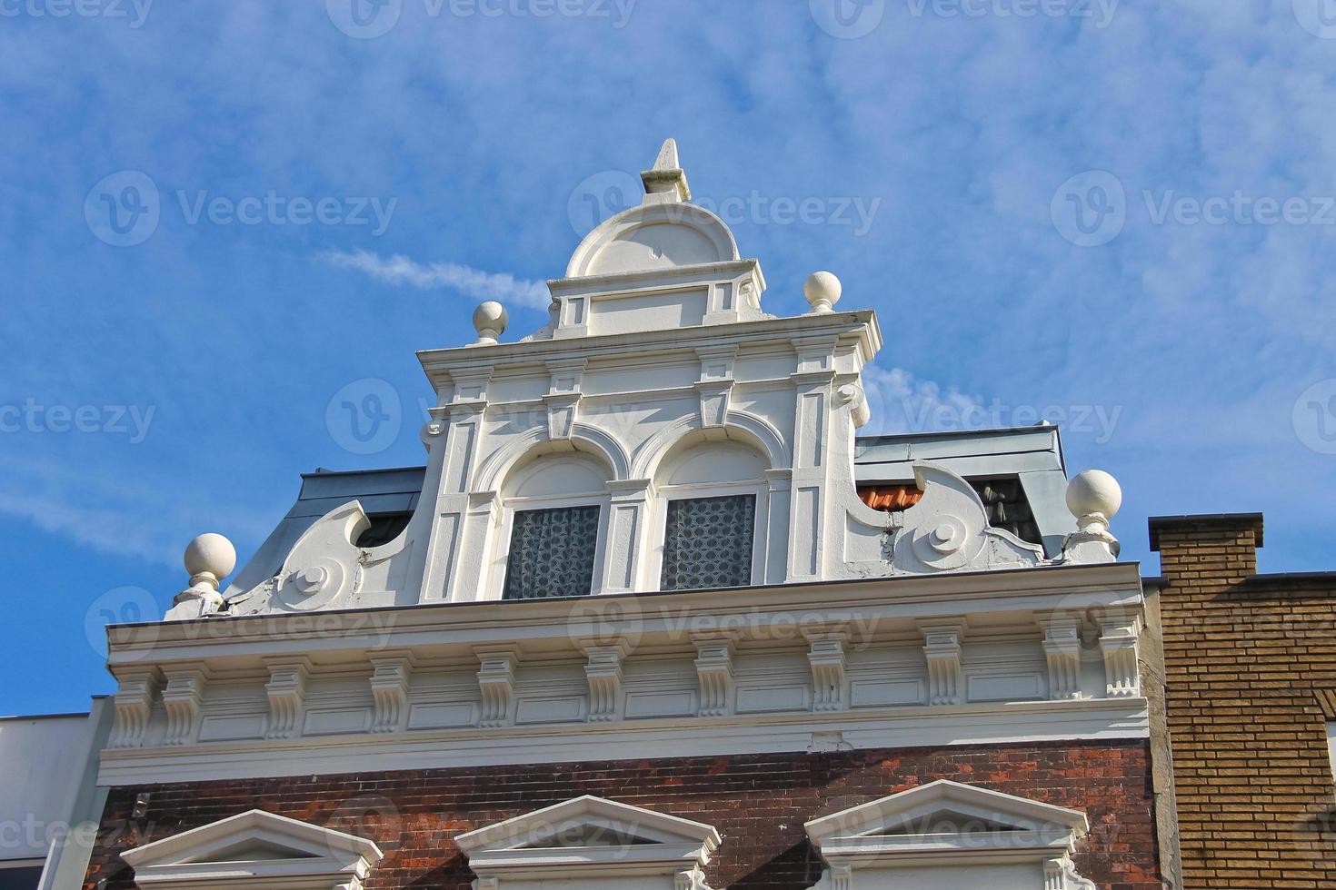 fasad på en vacker byggnad i den nederländska staden Dordrecht, foto
