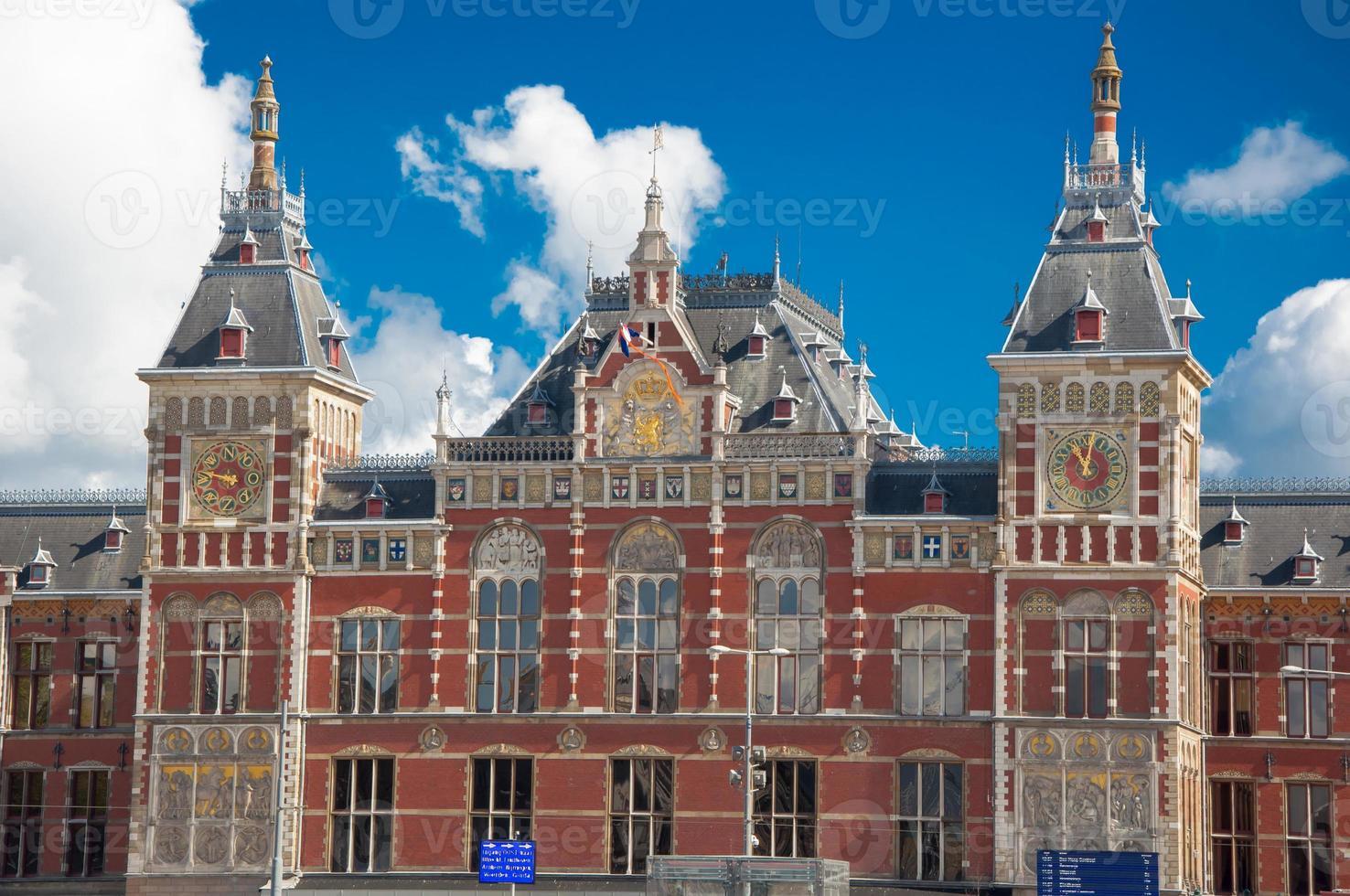 fasad på den centrala stationen amsterdam i solig dag, Nederländerna. foto