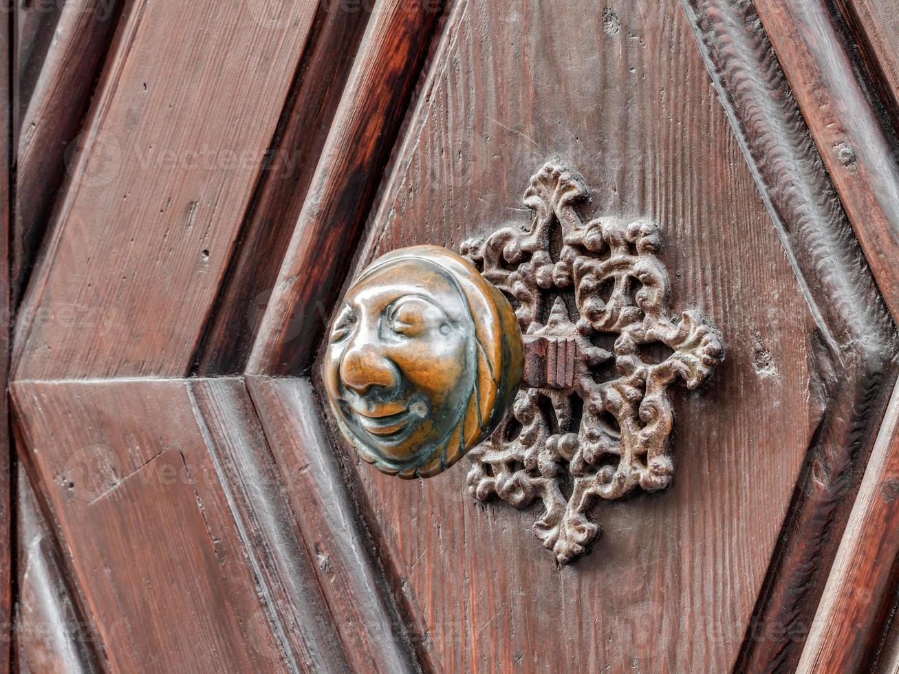 apfelweibla, vintage dörrhandtag på antik dörr, bakgrund foto