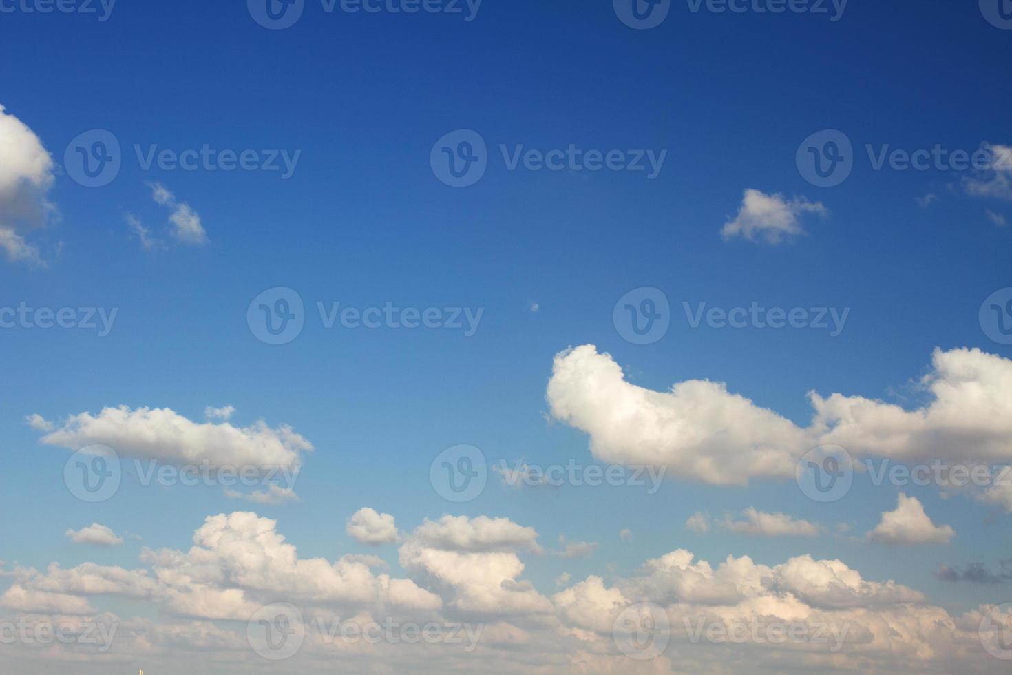 moln på den blå himlen. foto