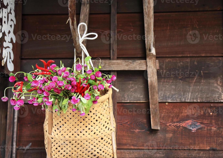 korg med blommor foto