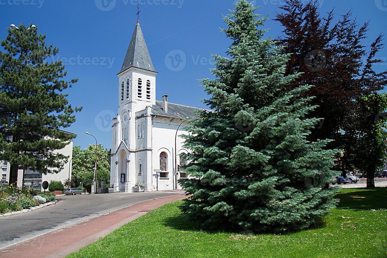 kyrkan i byn foto