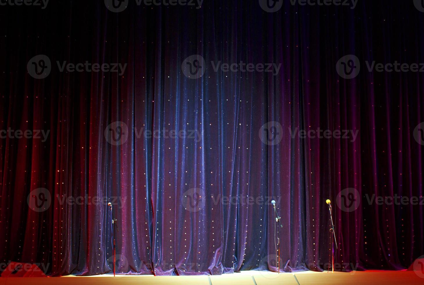 scengardin och mikrofoner foto