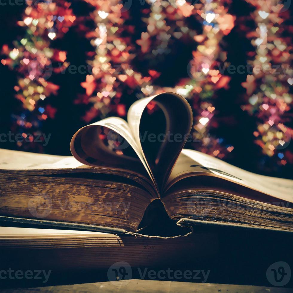 sidor i en bok krökt till en hjärtaform. foto