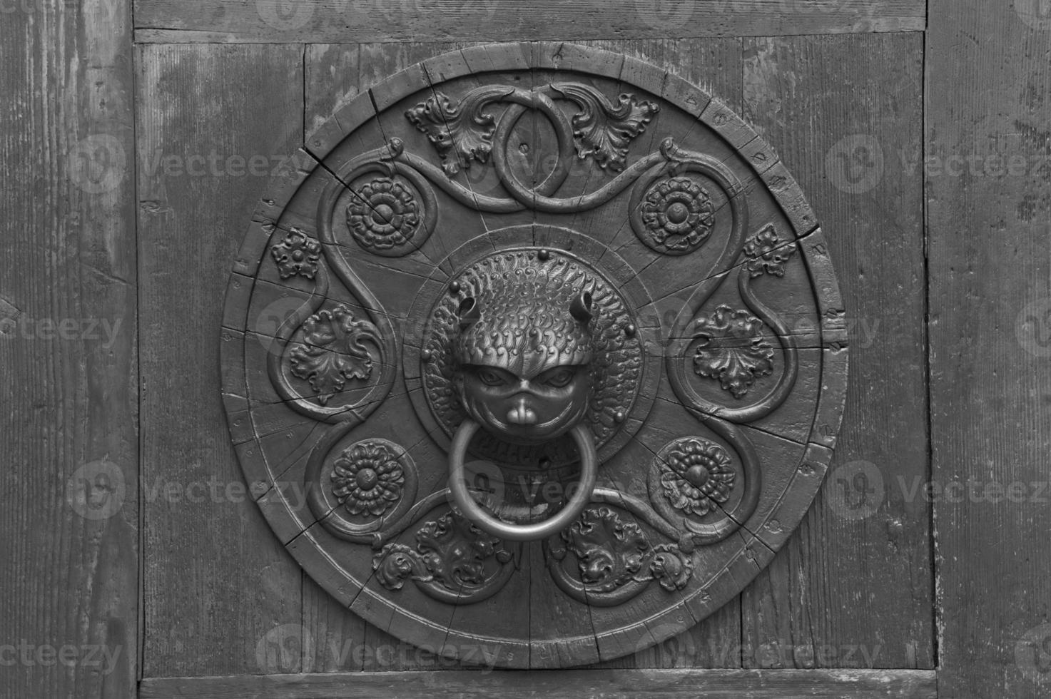 grunge rostig antik dörrknackare, bakgrund foto