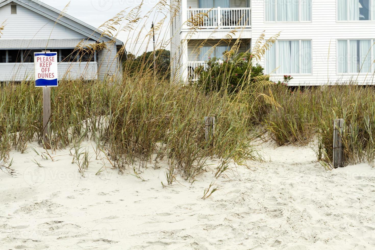 vänligen håll dig borta från sanddyner och strandhus foto