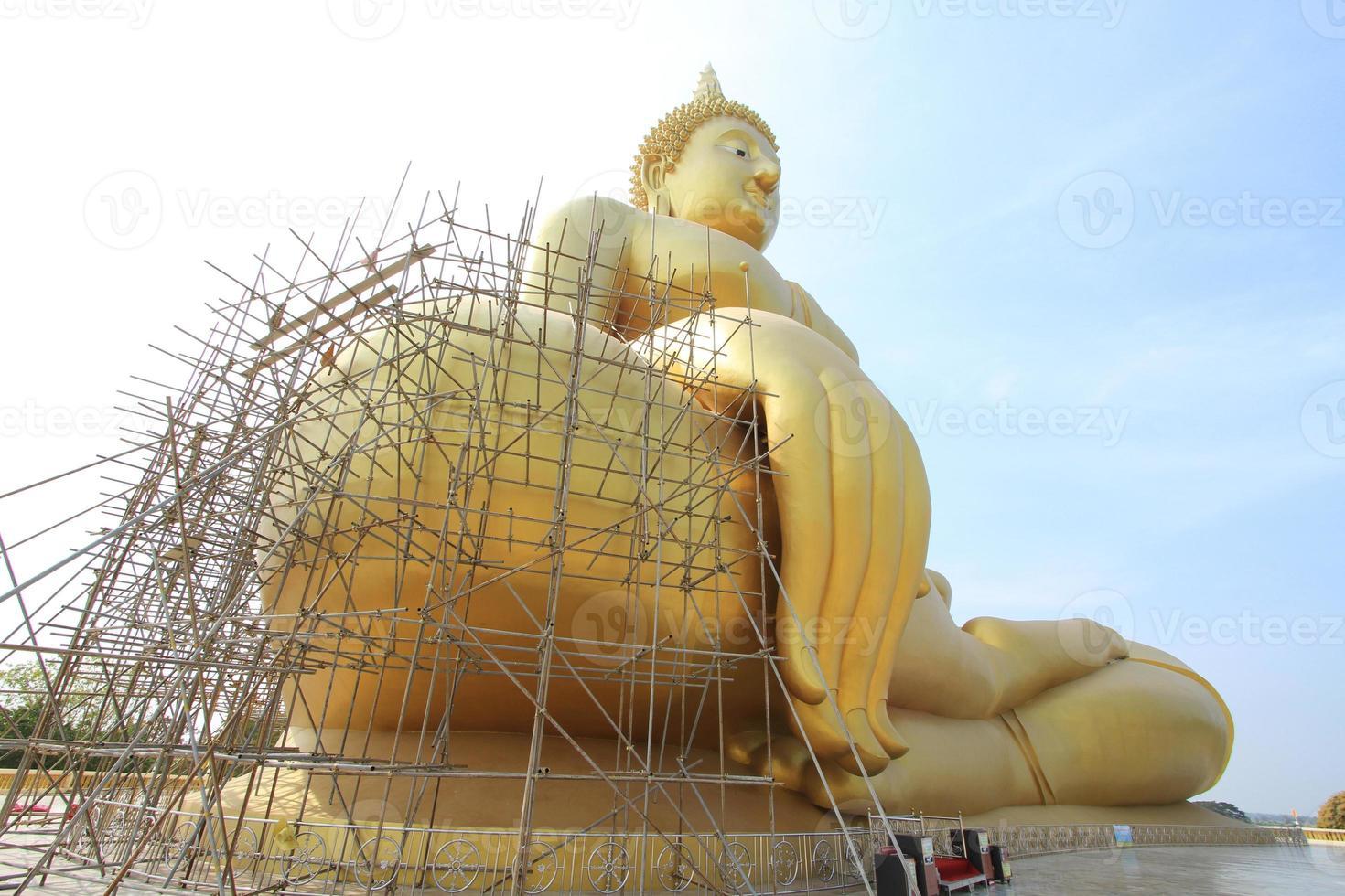 gyllene buddha under renovering foto