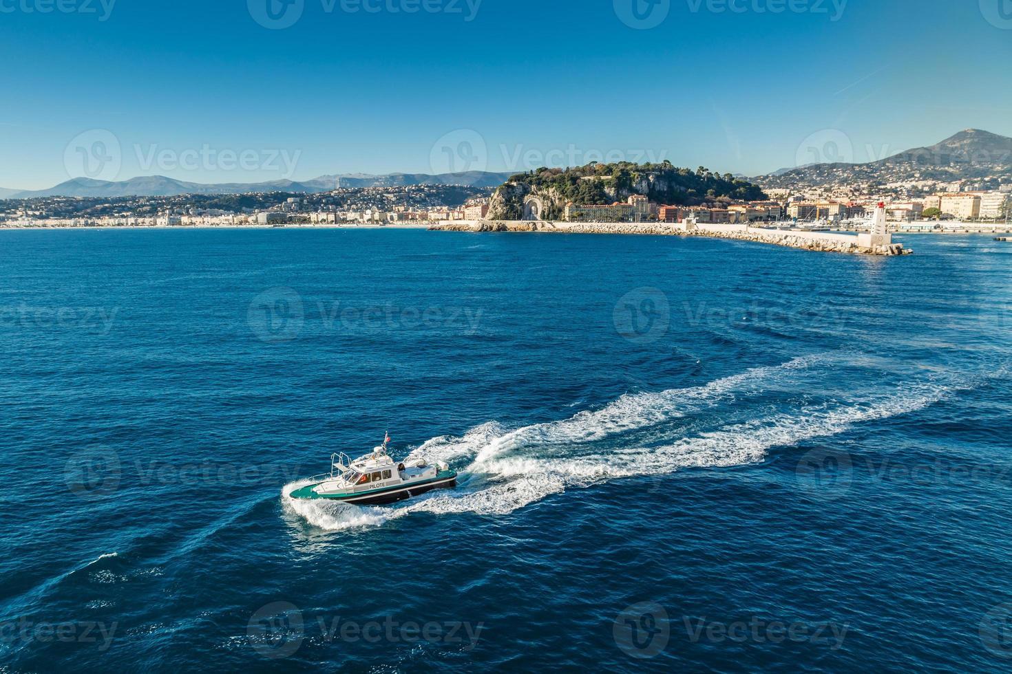 pilotbåt som lämnar trevlig hamn foto