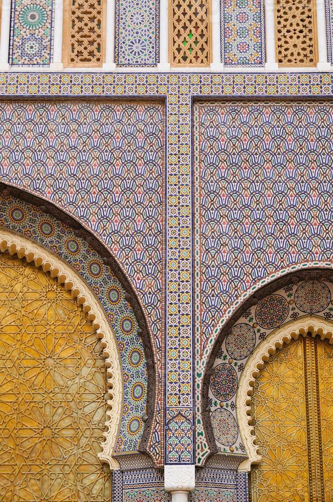stora gyllene dörrar till det kungliga palatset i Fez, Marocko. foto