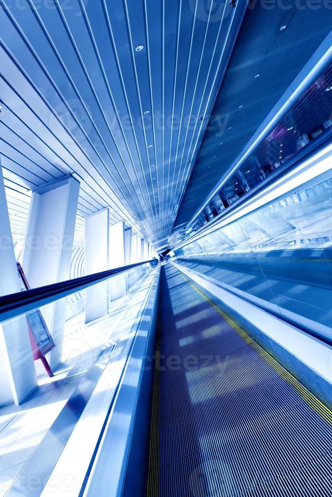 snabbt rörlig rulltrappa med rörelse foto