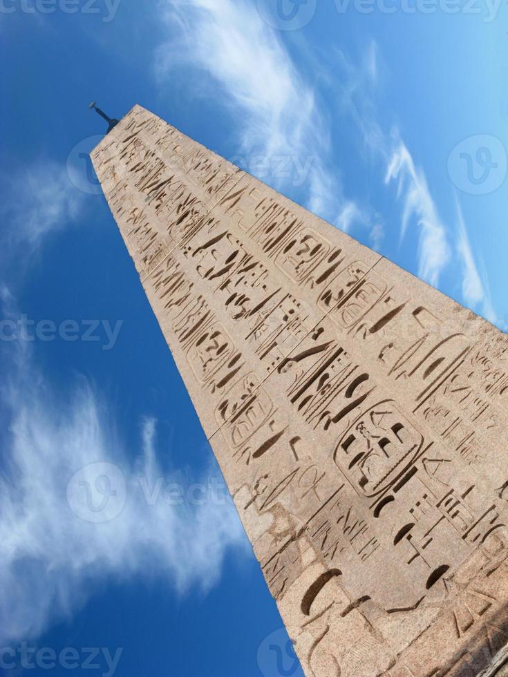 obelisk och moln foto