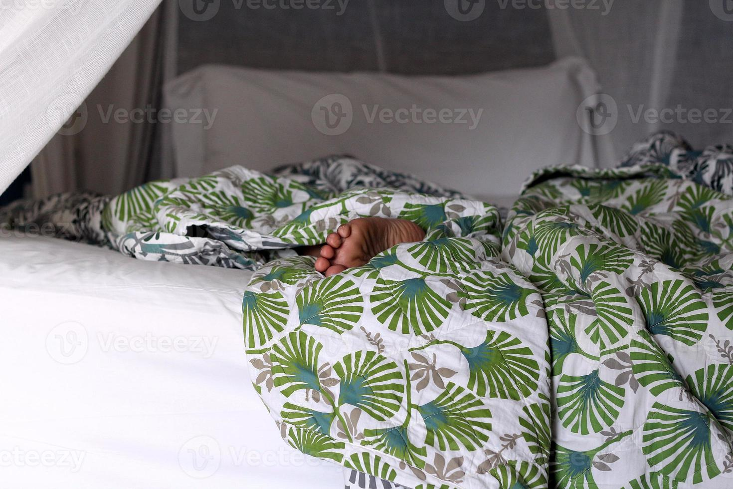 sova på sängen foto