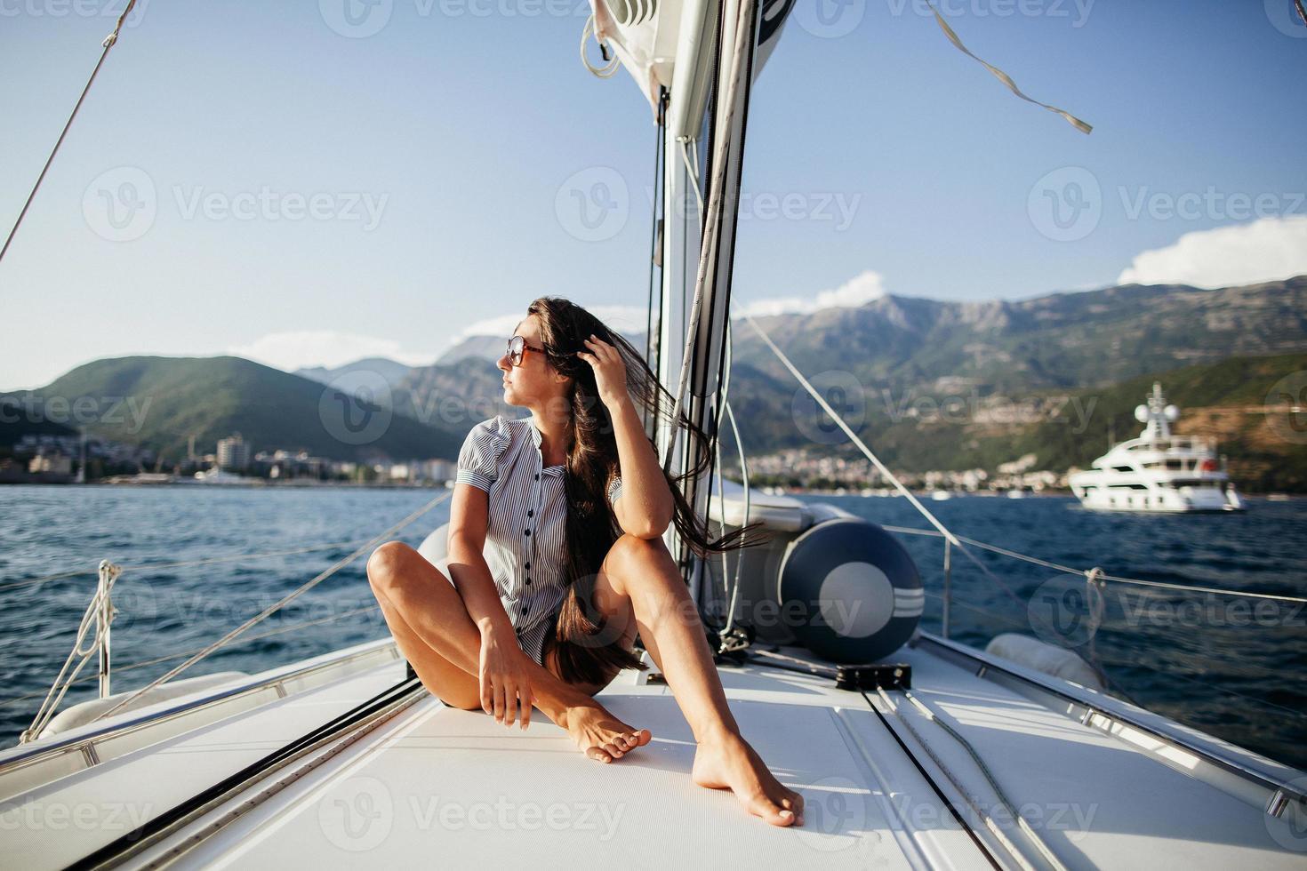 flicka med långt hår på yacht i montenegro foto