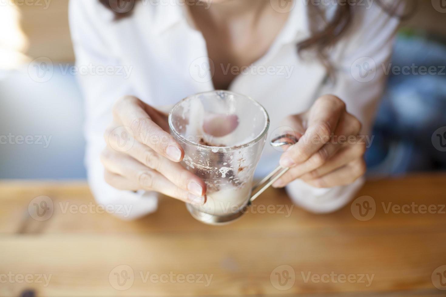 tomt cappuccinokaffe i kvinnahänder foto