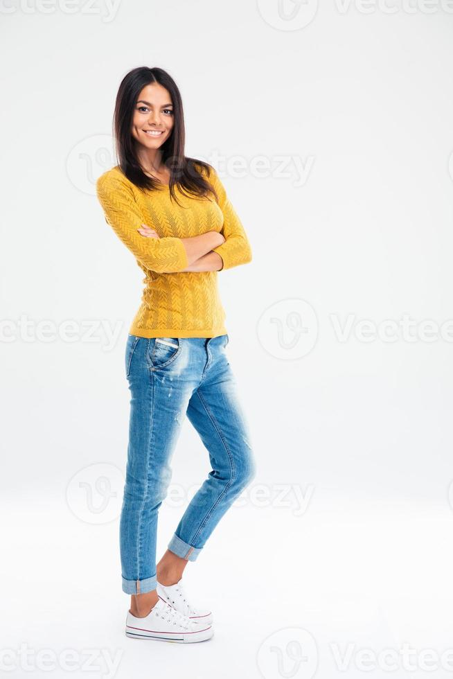 söt kvinna som står med armarna ihop foto