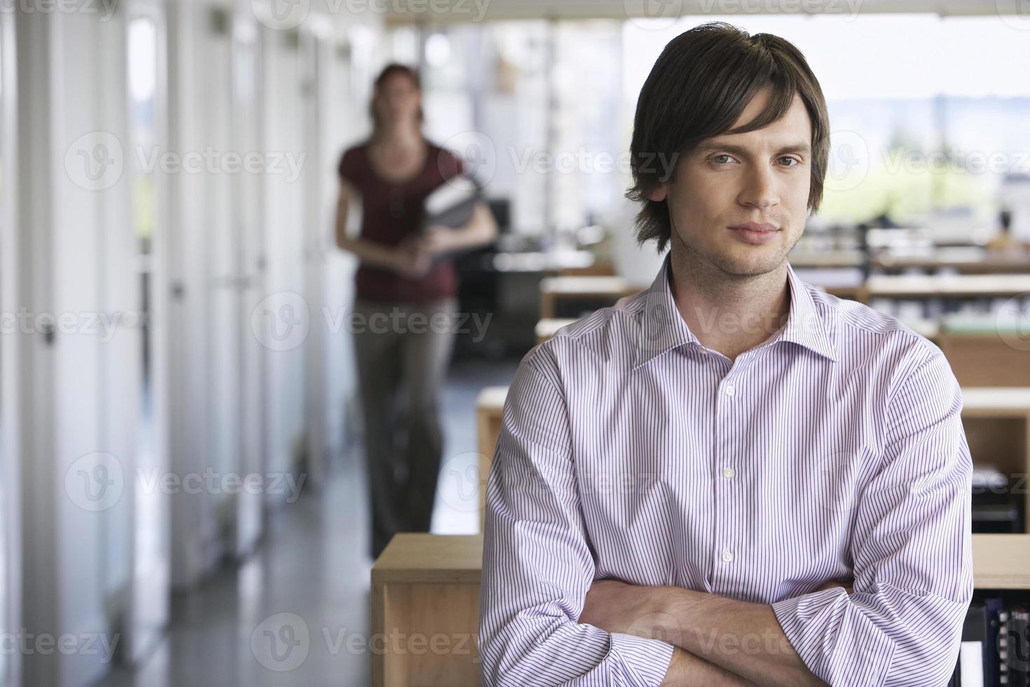 porträtt av ung affärsman foto
