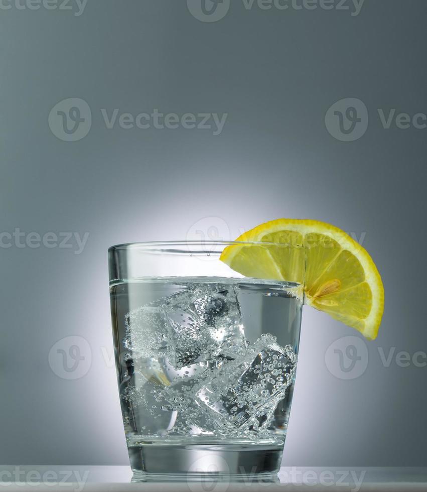 mineralvatten med is och citron på nära håll foto