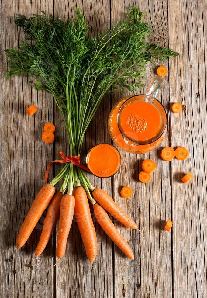 hälsosam mat - morötter och morötsaft foto