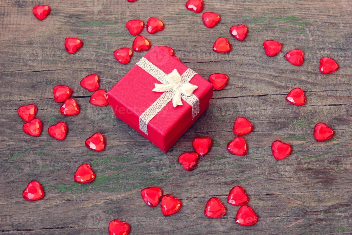 röd ruta med en gåva på alla hjärtans dag foto