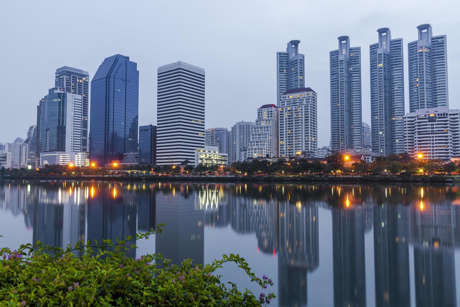 staden Bangkok på natten foto