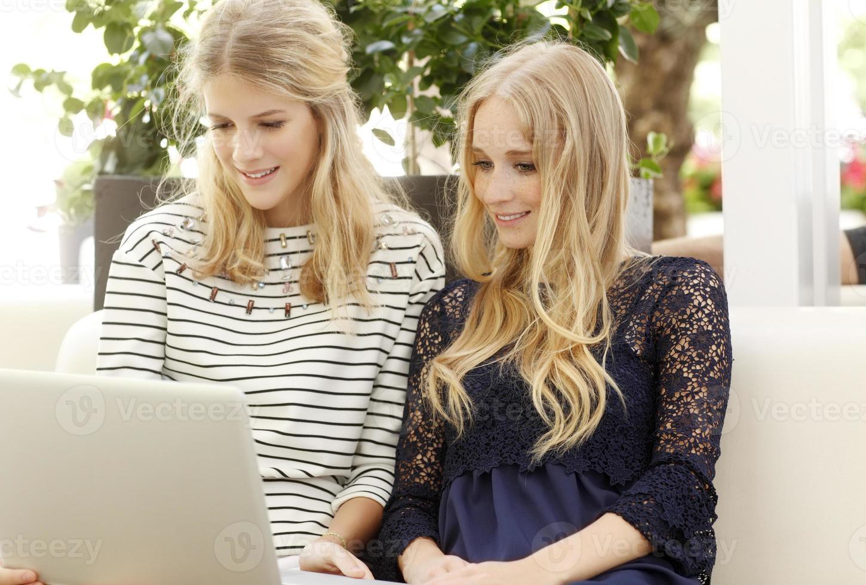 unga kvinnliga studenter som använder digital surfplatta i parken foto